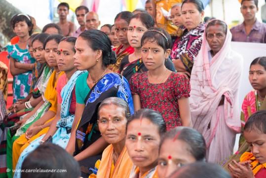 Frauen versammeln sich für die Durga Puja