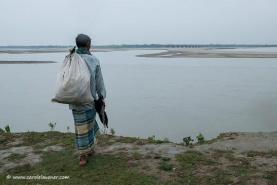 Blick über den Dharla River nach Indien