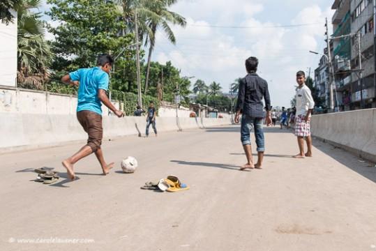 Diese Jungs freuen sich über die gesperrte Strasse und spielen Fussball.