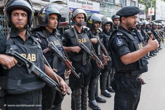 Die Spezialeinheit RAB (Rapid Action Battailon) bewacht die Kreuzung bei Moghbazar