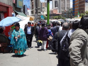 Eine Strassenszene im Zentrum von La Paz.