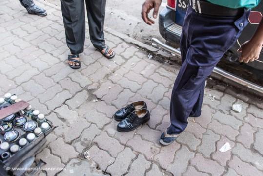Ein Polizist nutzt die Zeit um seine Schuhe polieren zu lassen.