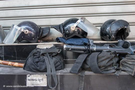 Die Ausrüstung liegt vor den geschlossenen Läden bereit.