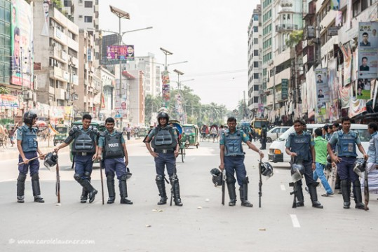 Vor dem Büro der BNP ist es ruhig. Die Polizisten können relaxen.