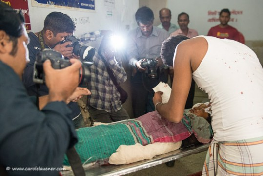 Fotografen blitzen das schwer verletzte Mädchen ab.