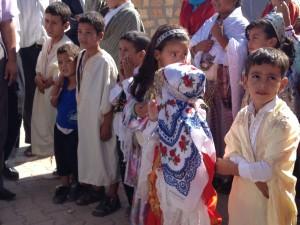 Schulkinder an der Einweihung ihrer Schule in Douiret