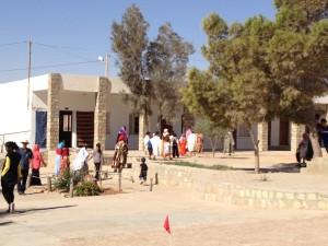 Schulhof und Klassenräume Douiret