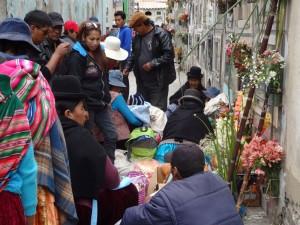 Angehörige beten für den Verstorbenen.