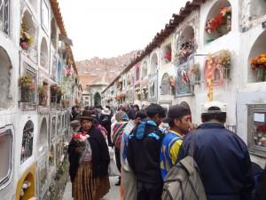 In La Paz gehen die Menschen auf den Friedhof, um die Toten zu ehren.