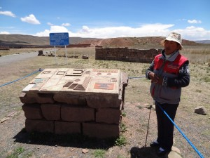 Janet, unsere lokale Guía, erklärt uns die Geschichte von Tiwanaku.