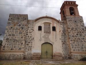 Der Dorfkirche von Oploca fehlt der zweite Turm. Teufelswerk, wie eine Mythos besagt.