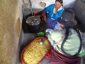 Die Frauen bereiten das Festmahl vor. Für die Feier wurde ein Lama geschlachtet.