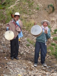 Das Ritual wird von Pauken und Flöten begleitet.
