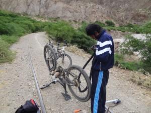 Pedro flickt die Fahrräder.