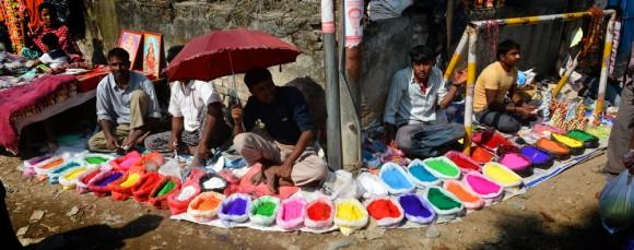 """Farbiges """"Tika"""" ist waehrend des Tihar Festivals in Nepal hoch im Kurs."""