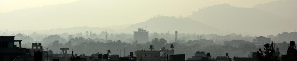 Die oestlichen Bezirke der Stadt von der Dachterrasse eines Boudha-Restaurants aus gesehen.