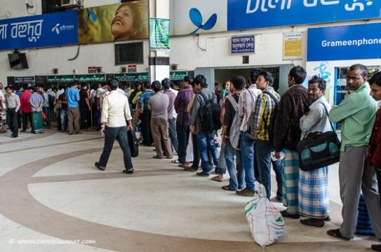 Die Leute stehen am Kamalapur Railway Station an, um die Tickets von Zügen zu retournieren, die wegen der Blockade ausfallen.