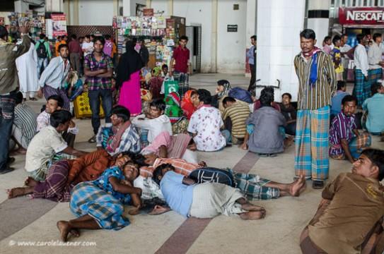 Tagelöhner stranden am Kamalapur Railway Station. Da es in der Stadt momentan keine Jobs gibt, versuchen sie in ihre Dörfer zurückzukehren. Wegen der Blockade fallen jedoch viele Züge aus.