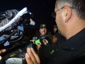 Viele Journalisten sind nach Uyuni geflogen. Hier belagern sie den neuen Polizeichef mit Sicherheitsfragen zur Dakar-Veranstaltung.