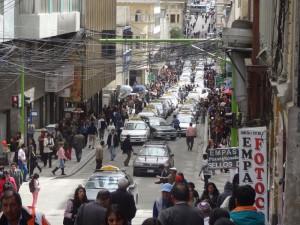 Wer ins Zentrum will, muss zu Fuss gehen. Die Trufis blockieren die Strasse.