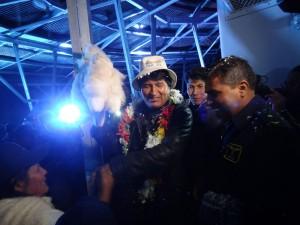 """""""Haben Sie das selbst gemacht oder gekauft, Señora?"""", Evo Morales erhält Geschenke von einer Bäuerin."""