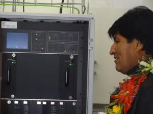 Evo Morales weiht die Technikzentrale ein. Der Präfekt von Potosi ist mir behilflich