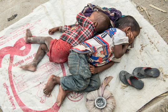 Die Kinder schlafen friedlich im Staub,...