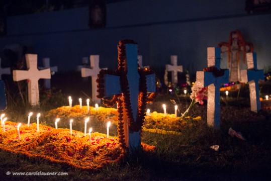 Friedhof bei der Tejgaon Church. Die Grabkreuze sind mit hinduistischen Blumengirlanden geschmückt.