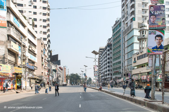 Die Strasse vor dem BNP Office in Purana Paltan ist leergefegt.