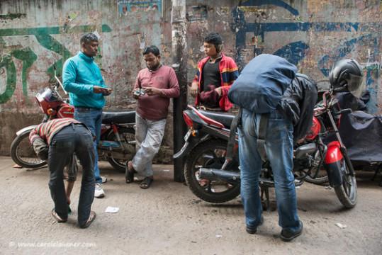 Palash (rechts) und Amran (zweiter von links) lassen ihre Motorräder vor dem Einsatz am Wahltag auf Vordermann bringen.