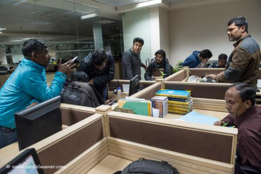 Am Abend vor der Wahl besprechen die Fotografen des Daily Star die Arbeitsaufteilung und die Taktik für den morgigen Tag