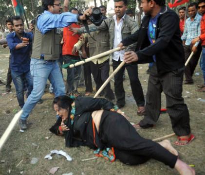 Sanaul Haque stellt sich zwischen eine Anwältin und ihre Angreifer. (Foto: Unbekannt)