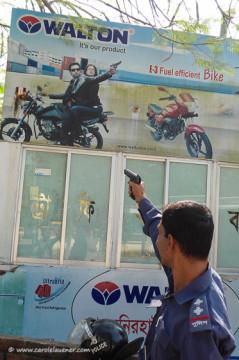 Für ein Foto vor seiner Policebox posiert Moshiur aber denoch mit gezückter Waffe.