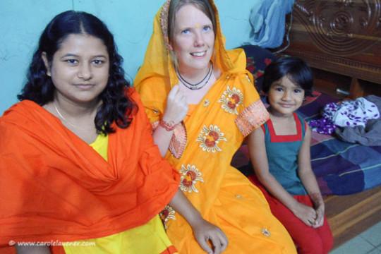 Moshiur's Frau Munmun und Tochter Roshni verkleiden mich als bangladeschische Braut. Isch schaffe es jedoch nicht, den ernsten Blick aufzusetzen, den man von einer Braut hier erwartet.
