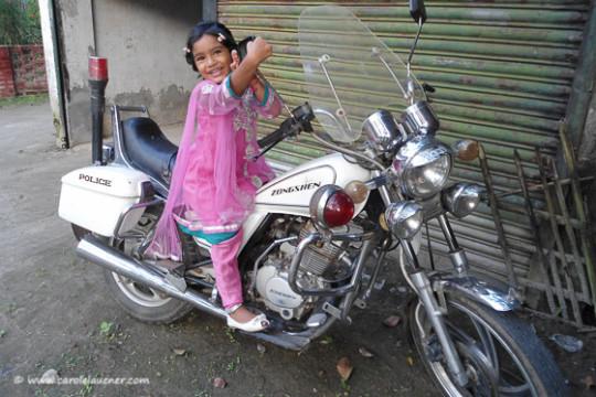 Wie der Vater so die Tochter: 'Verkehrspolizistin' Roshni