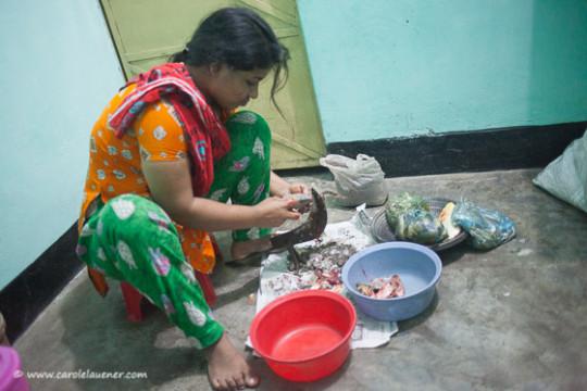 Juthi, die Haushaltshilfe in Moshiur's Haus, kocht das Abendessen.