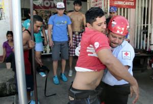 Die Ambulanz (Cruz Roja) bringt den Verletzten ins Spital. (Bild: Bismarck Picado)