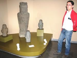Direktor Julio Balliván neben Reliquien aus der präkolumbianischen Zeit.