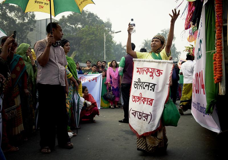 Auf dem Schild steht Bangladesch Drogenfrei. Passend wenn man dazu tanzt als wäre man auf einem Rave