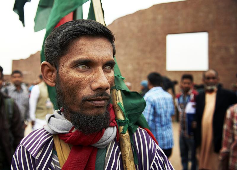 Dezember ist die grosse Zeit für die unzähligen Fahnen- Verkäufer in Dhaka