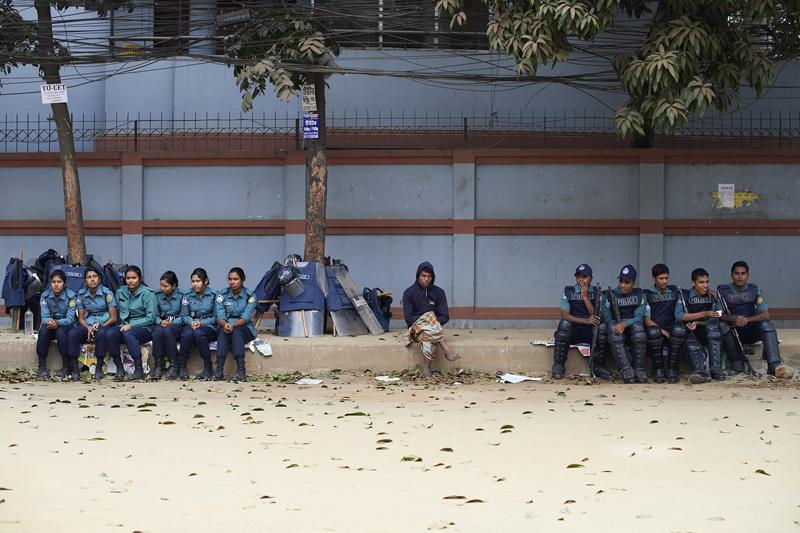 PolizistInnen warten auf einen Einsatz