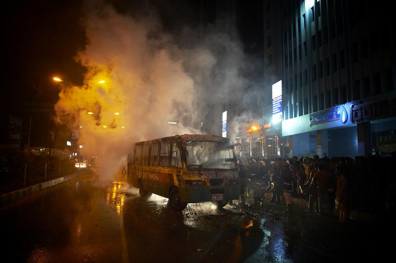 Brennende Busse schaffen es garantiert in die Medien