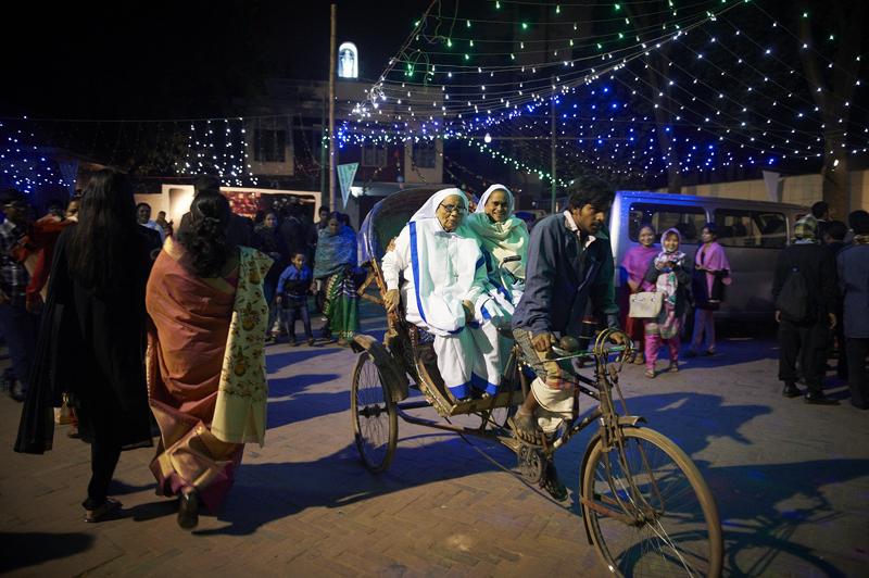 Nonnen auf einem Rikscha in Neonbeleuchtung. Man gewöhnt sich an jeden Anblick