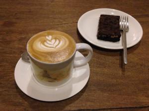 Caffè Latte und ein Stück Brownie,