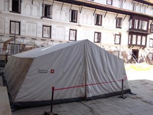 Ein Zelt aus einer Schweizer Spende.