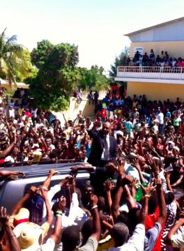 Aristide salue la foule
