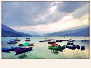 Postkartenansicht des Phewa-Sees bei Pokhara.