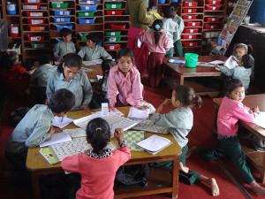 Das Klassenzimmer mit vier Lerninseln.