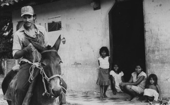 Maurice Demierre with farmers family in Las Pilas in Northern Nicaragua. Swiss National killed by Contra in 1986. Maurice demierre met boeren familie in Las Pilas in Noord Nicaragua. Vermoord door de Contra in 1986. Maurice Demierre werkte als agronoom en vrijwilliger van de de Zwitserse organisatie Freres sans Frontieres. Foto: Rob Brouwer/Hollandse Hoogte