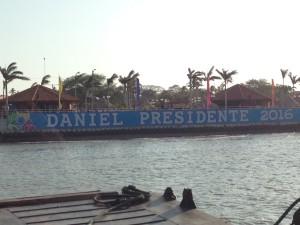 Dieses Spruchband präsentiert sich den Passagieren, die mit dem Schiff von Ometepe zurückkommen.
